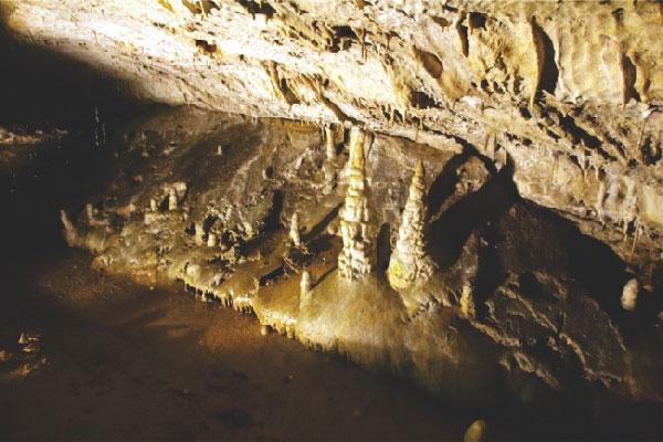 Пещера Дяволското гърло близо до град Девин